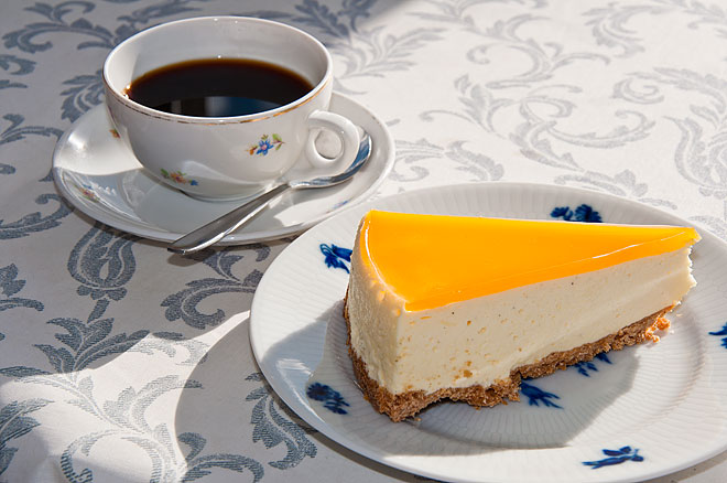 Café Smygé kaffe med hembakt cheesecake på lime och passionsfrukt